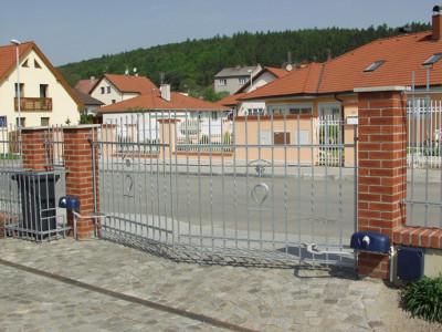Křídlová brána, zdroj: vratamares.cz