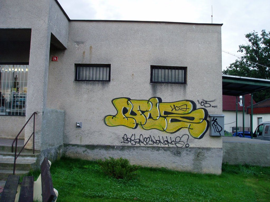 Z porézních povrchů se graffiti odstraňuje těžko, zdroj: graffiti.cz