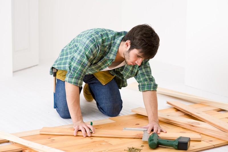 Kvalitní řemeslník si může vydělat více než administrativní pracovník, zdroj: shutterstock.com