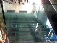 Skleněné schodiště, zdroj: flotis.cz