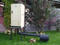 Samotná udírna může být vyrobena ze dřeva, teplota však nesmí překročit 60°C, zdroj: zahradnikrbyveris.cz